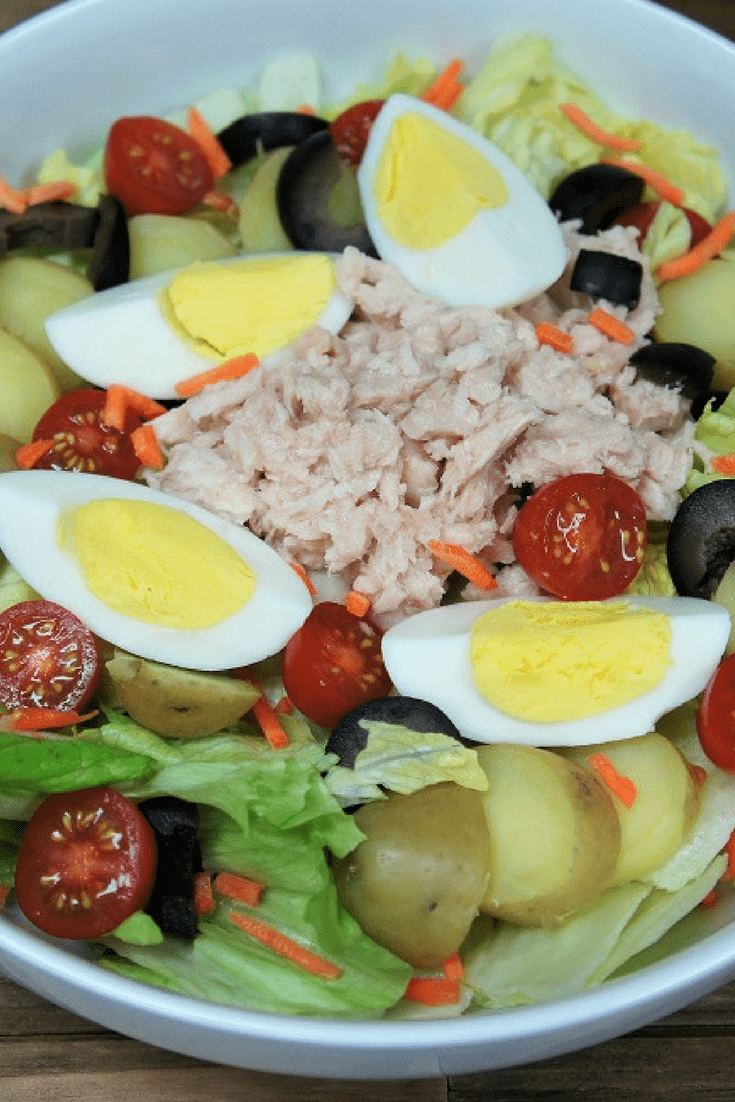 This tuna potato & egg salad is light and delicious, it's perfect for dinner or lunch. With tuna, potatoes, eggs, tomatoes, black olives and carrots this salad won't leave you hungry. #tunapotatoeggsalad #tuna #potatoes #tunasalad #lunch #lentrecipes #lent